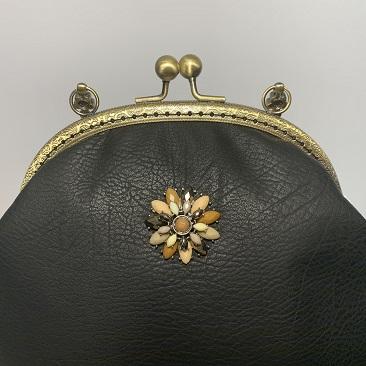 Fekete textilbőr táska közelről