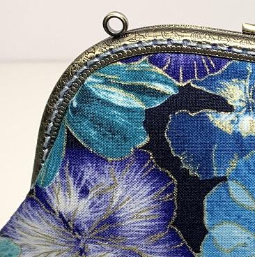 Kék szellővirág neszeszer közelről